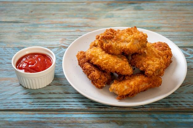 Gebakken kippenvleugels met ketchup
