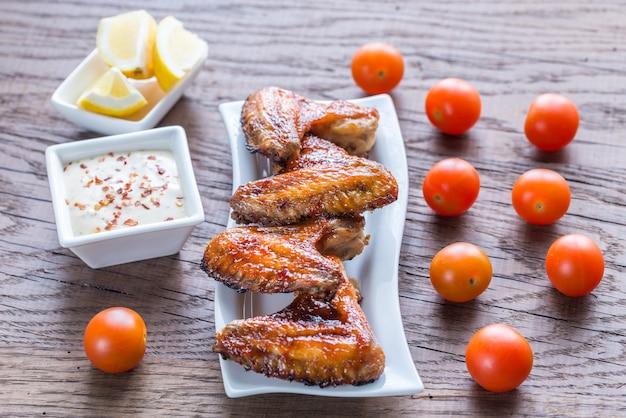 Gebakken kippenvleugels met pikante saus