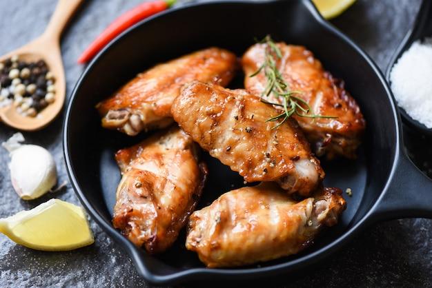 Gebakken kippenvleugels met saus en kruiden en specerijen