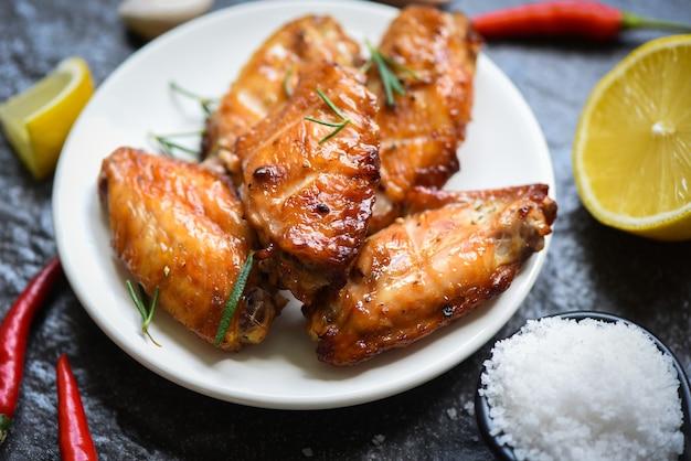Gebakken kippenvleugels met saus kruiden en specerijen koken thais aziatisch voedsel rozemarijn kip gegrild