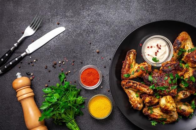 Gebakken kippenvleugels met saus