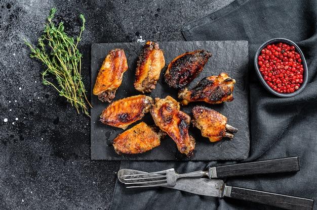 Gebakken kippenvleugels met saus.