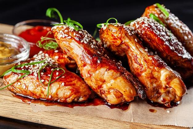 Gebakken kippenvleugels met tomatensaus