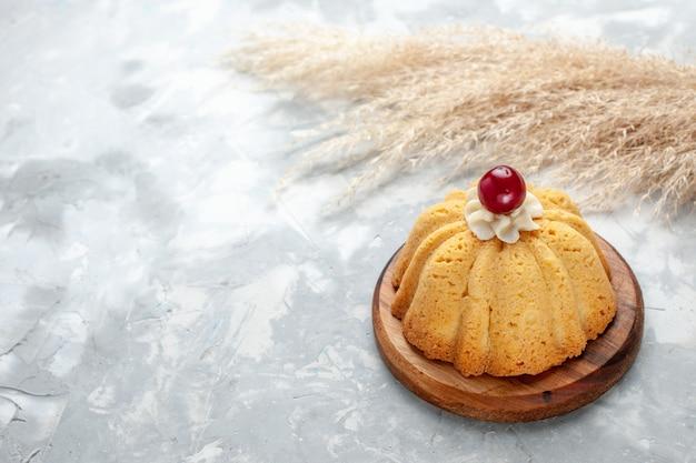 Gebakken kleine cake op licht, bak slagroomtaart suikerzoet
