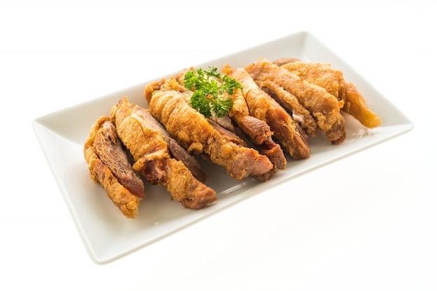 Gebakken knapperig varkensvlees geïsoleerd op een witte achtergrond