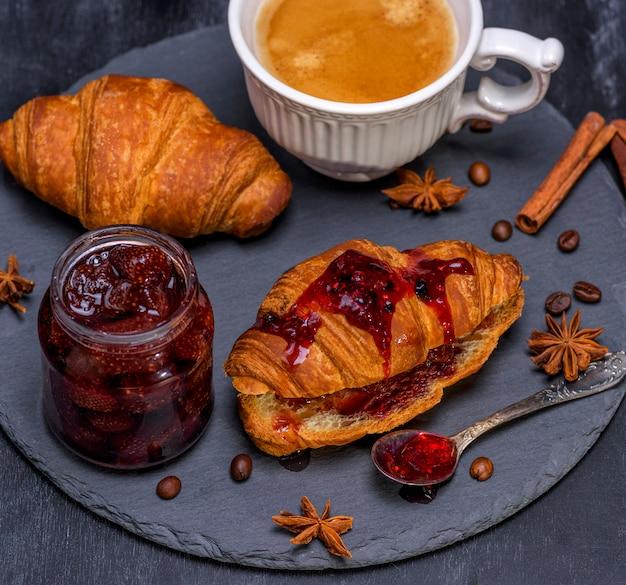 Gebakken knapperige croissants met frambozenjam