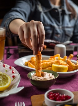 Gebakken knapperige gevlochten kaas met mayonaisesaus, citroen