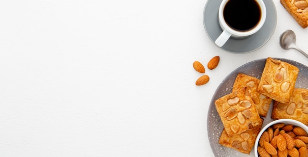 Gebakken koekjes met amandelen en koffie exemplaarruimte