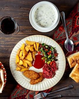 Gebakken koteletten en aardappel met herderssalade en dovga