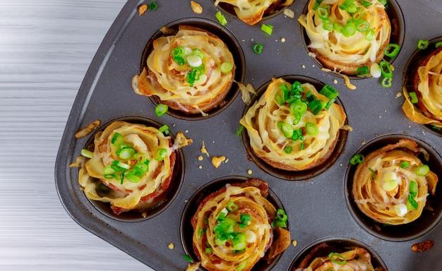 Gebakken krokante aardappelrozen in een gebakken spek