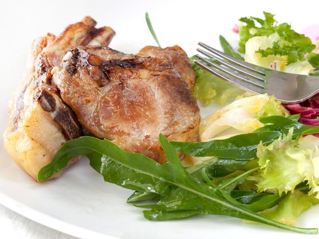 Gebakken lam en gemengde groene salade