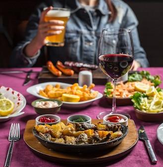 Gebakken lamsvlees met aardappel en champignon geserveerd met ketchup, granaatappel, dille