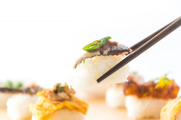 Gebakken makreel met garnalenpasta saus sushi