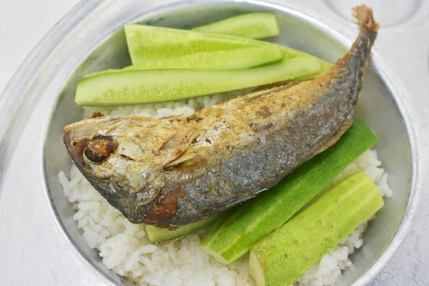 Gebakken makreel op plaat met rijst