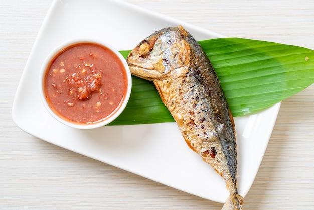 Gebakken makreelvis met pikante garnalenpastasaus