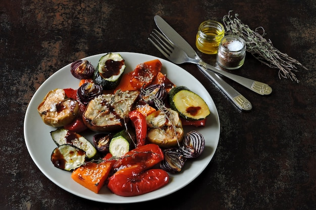 Gebakken mix groenten en fruit. veganistische lunch