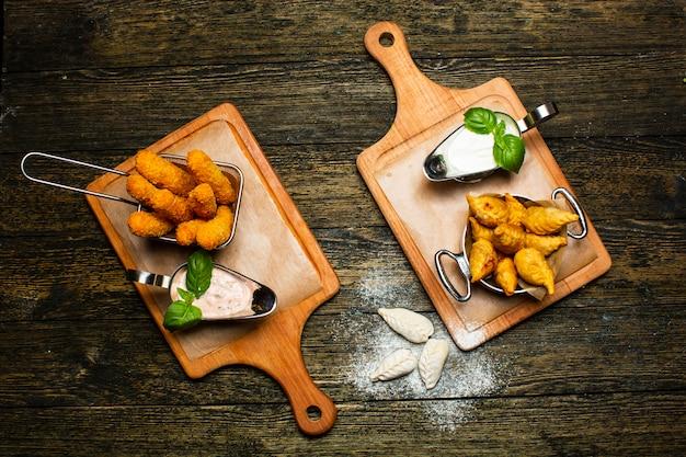Gebakken mozzarella-sticks en fritessaus met gefrituurde gurza