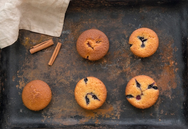 Gebakken muffins met kaneel en chocolade op een bakplaat plate.delicious eten.