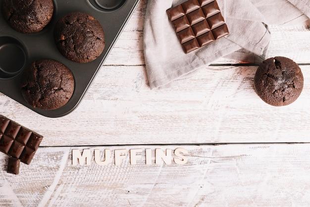 Gebakken muffins met tekst op witte lijst