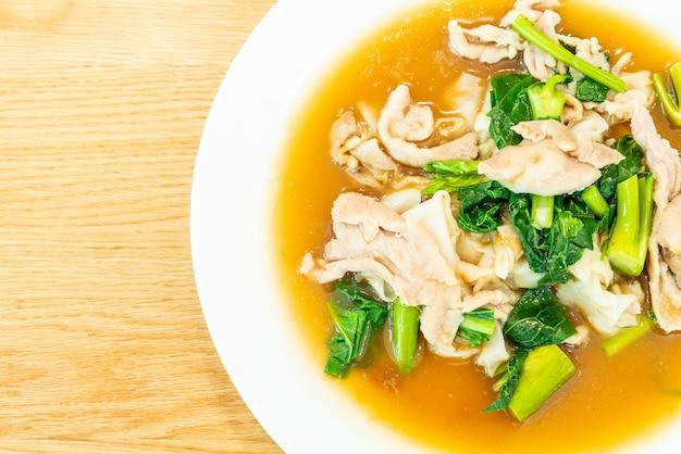 Gebakken noedels met varkensvlees en broccoli