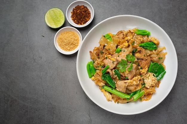 Gebakken noedels met varkensvlees in sojasaus en groente