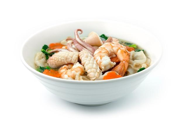 Gebakken noedels met zeevruchten, garnalen, inktvis en boerenkool