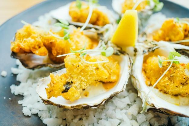 Gebakken oesterschelp met saus