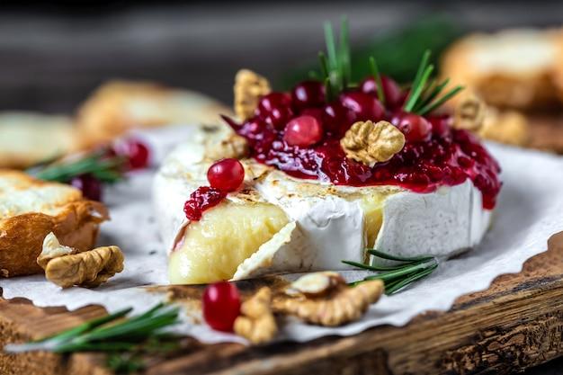 Gebakken of gebakken gegrilde camembert of brie met bessensaus of jam