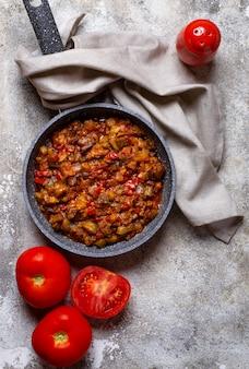Gebakken of gestoofde aubergine met tomaat