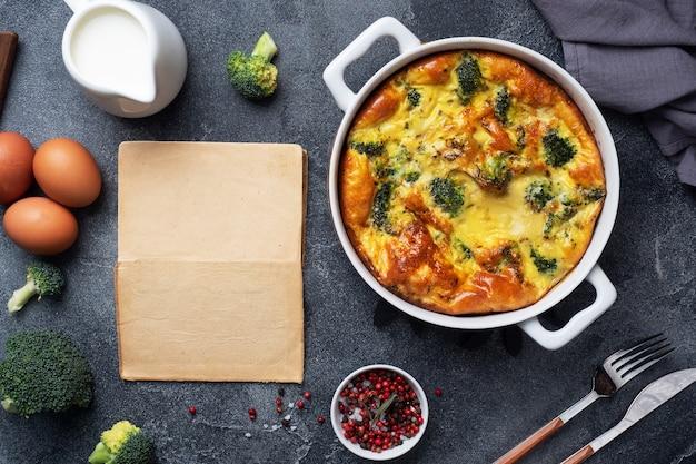 Gebakken omelet met broccoli in een keramische schaal