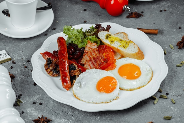 Gebakken ontbijt met spek, worstjes en gebakken bonen.