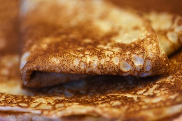 Gebakken pannekoeken die thuis op een plaat worden gebakken