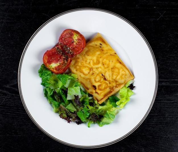 Gebakken pannenkoek met tomaat en kruiden