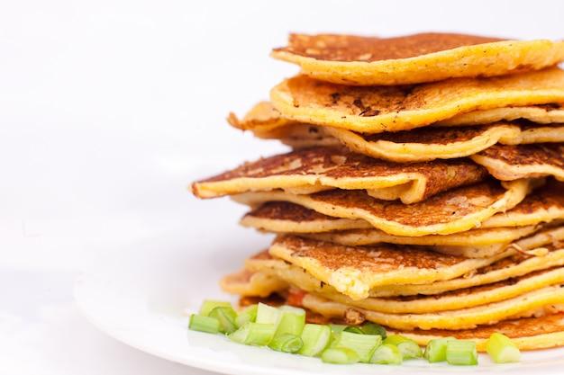 Gebakken pannenkoeken of beignets worden gestapeld, een foto voor een menu in een café of in een editie ter illustratie van een recept