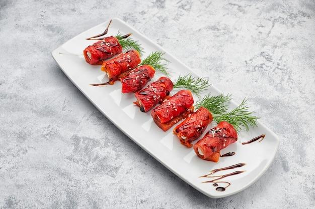 Gebakken paprika met roomkaas en dille, op wit