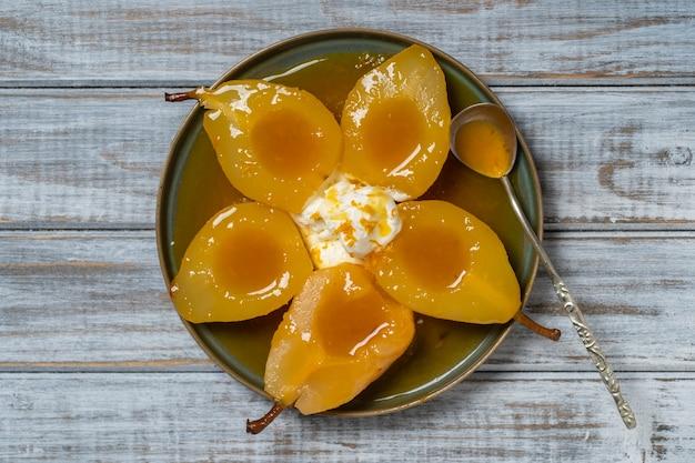 Gebakken peren in sinaasappelsap met ijs, close-up, bovenaanzicht. heerlijk dessert.