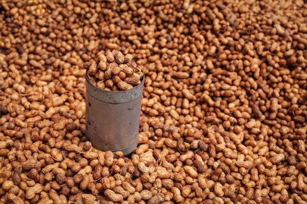 Gebakken pinda's verkocht in indiase straat