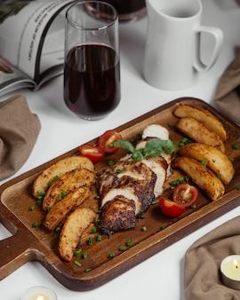 Gebakken plakjes aardappel en vlees
