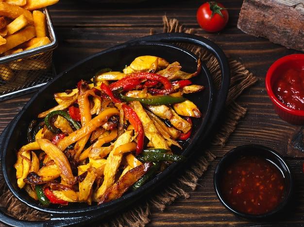 Gebakken plakjes kip gemengd met paprika