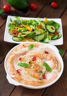 Gebakken plakjes rode en witte vis met honing en limoensap, geserveerd met verse salade en zachte noedels in misobouillon
