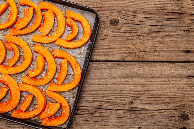 Gebakken pompoen met plantaardige olie, sesamzaadjes en kruiden. veganistisch (vegetarisch) gezond voedselconcept