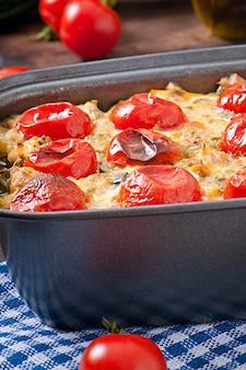 Gebakken pudding van een jonge courgette, wortelen, uien en kaas en melk op smaak gebracht met kip