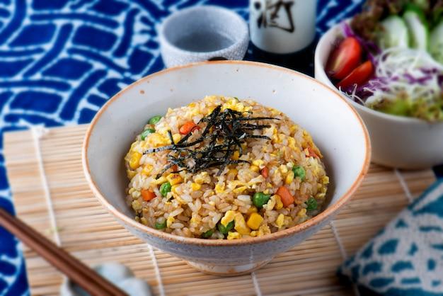 Gebakken rijst in japanse en chinese stijl.
