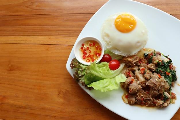 Gebakken rijst met basilicum en varkensvlees