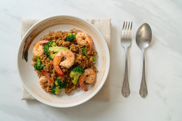 Gebakken rijst met broccoli en garnalen - homemade food style