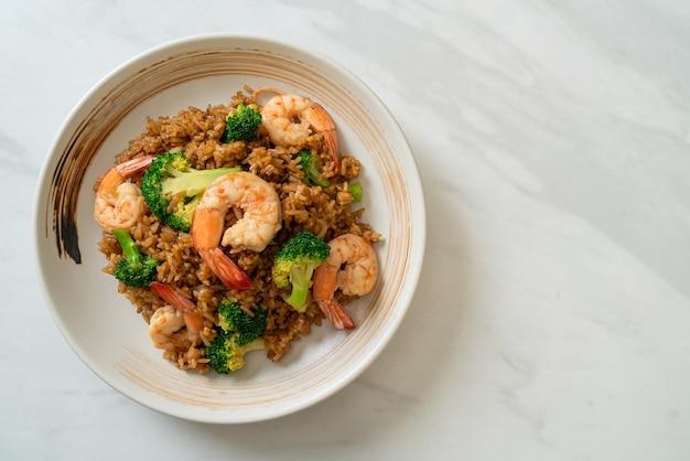 Gebakken rijst met broccoli en garnalen - zelfgemaakte gerechten