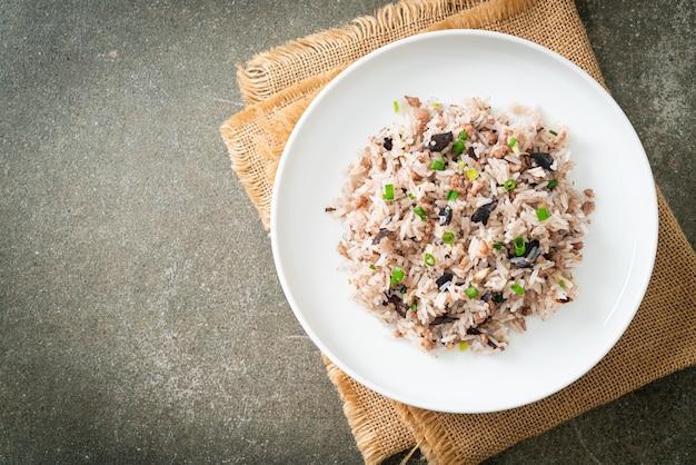 Gebakken rijst met chinese olijven en varkensgehakt - aziatisch eten