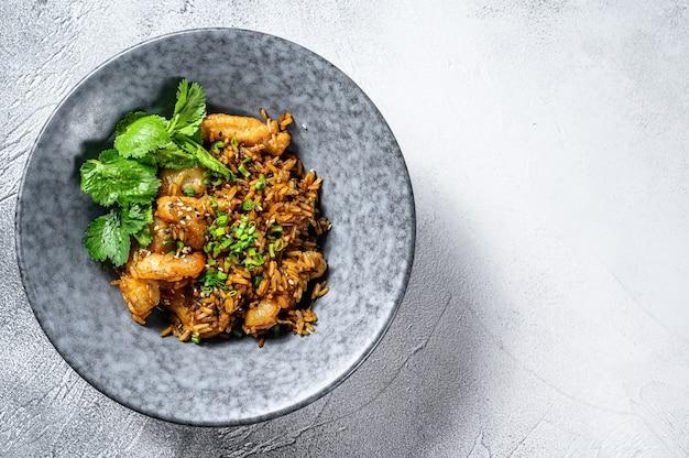 Gebakken rijst met garnalen bereid in wok. witte achtergrond