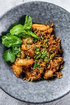 Gebakken rijst met garnalen bereid in wok