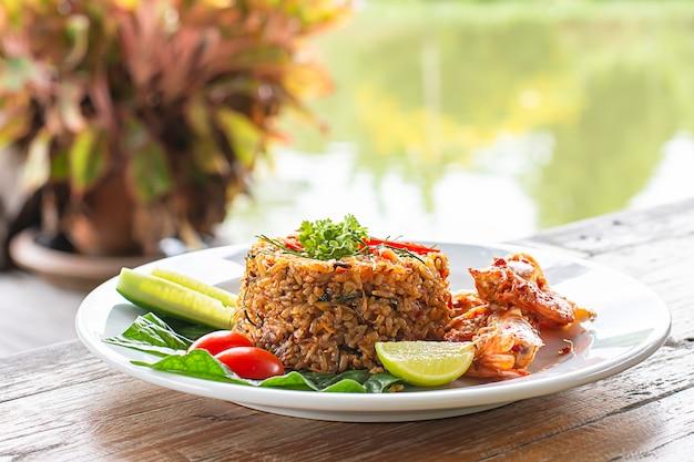 Gebakken rijst met garnalen op houten tafel